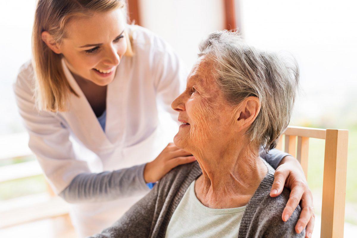 Infirmière et personne âgée